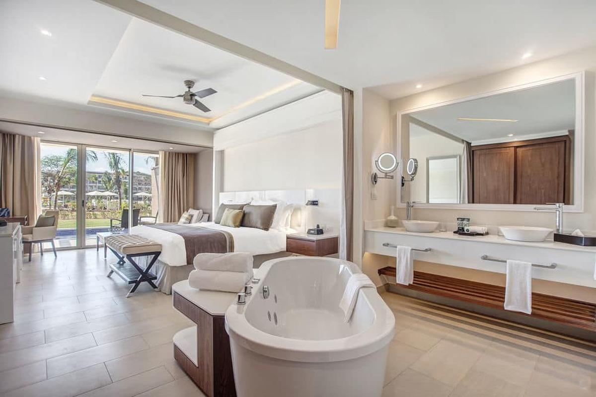 content/hotel/St. Lucia hotelek/Royalton Saint Lucia Resort and Spa/Accommodation/Luxury Junior Suite Swim Out/royaltonsaintluciaresortandspa-acc-luxuryjuniorsuiteswimout-03.jpg
