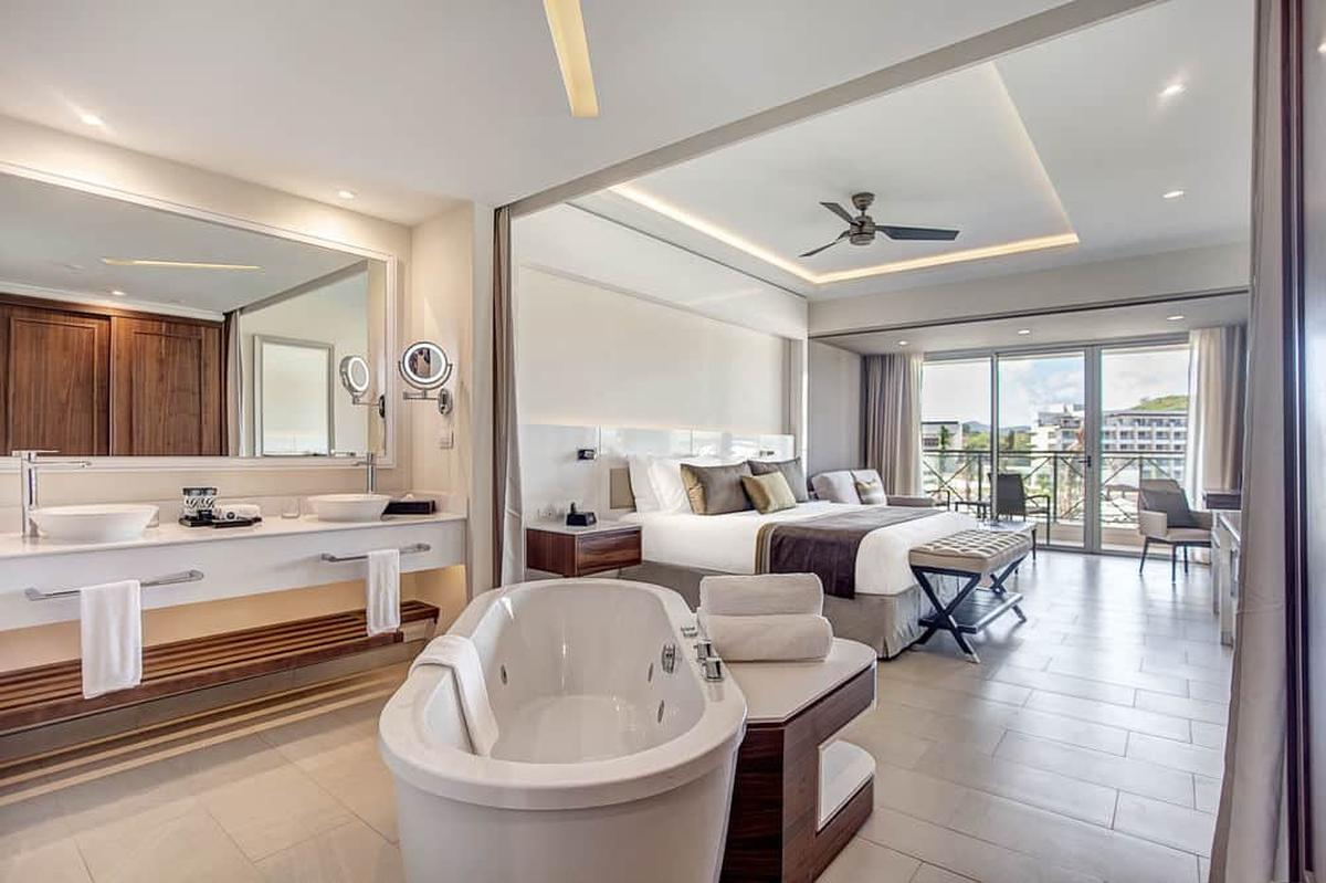 content/hotel/St. Lucia hotelek/Royalton Saint Lucia Resort and Spa/Accommodation/Luxury Junior Suite/royaltonsaintluciaresortandspa-acc-luxuryjuniorsuite-02.jpg